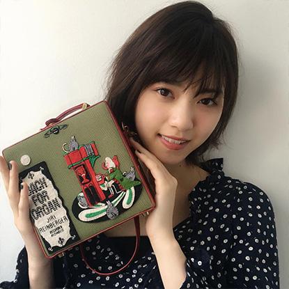 西野七瀬さんのモノトーンファッションを引き立てる赤リップメイク