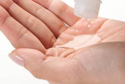 乾燥肌用保湿化粧水ヒフミドエッセンスローションの使用イメージ